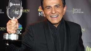 Casey Kasem holds his Radio Icon award during