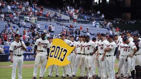 Atlanta Braves' Tim Hudson, left, thanks fans and