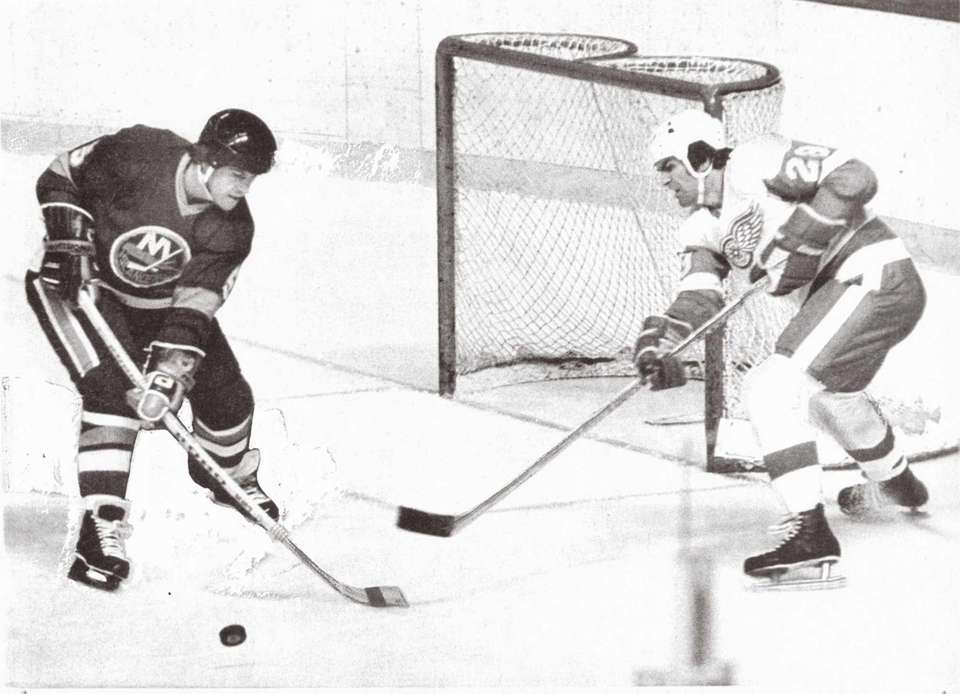 Islanders defenseman Denis Potvin, left, steals the loose