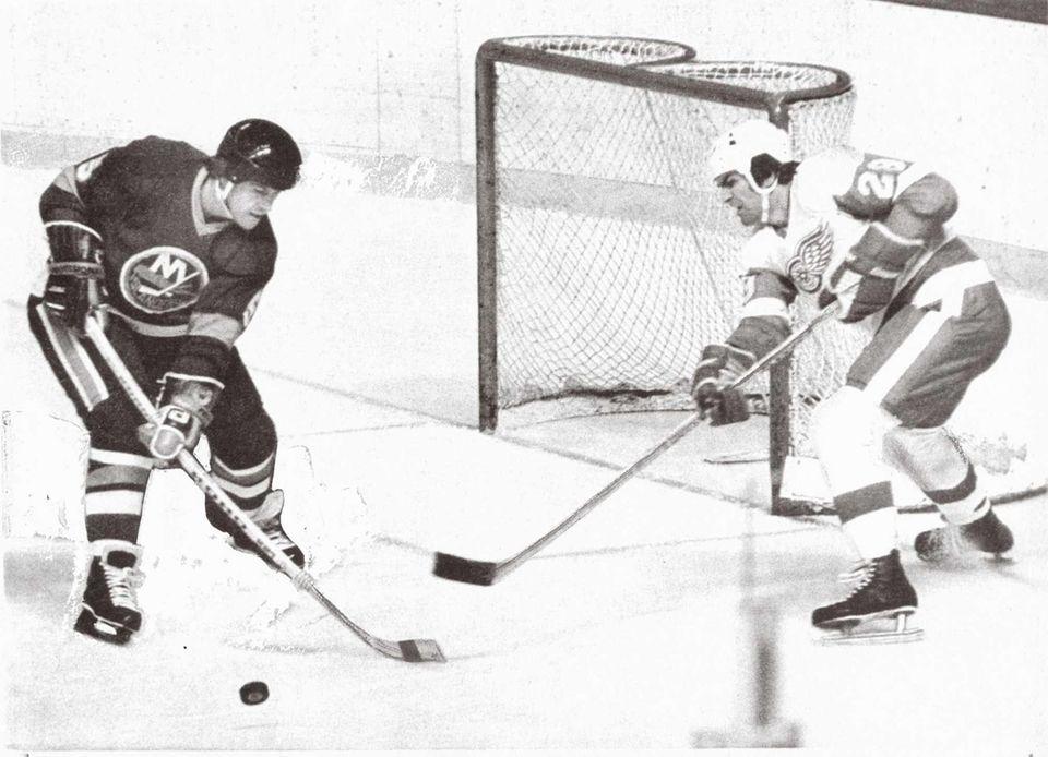 Islanders defenseman Denis Potvin, left, steals the loose