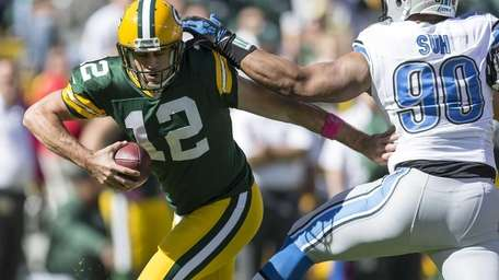 Green Bay Packers quarterback Aaron Rodgers avoids the