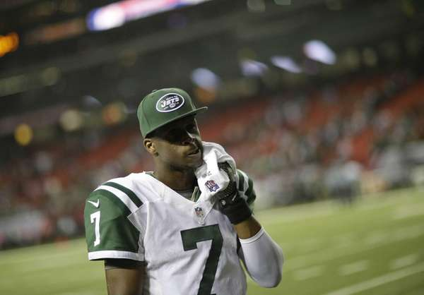 Jets quarterback Geno Smith walks off the field