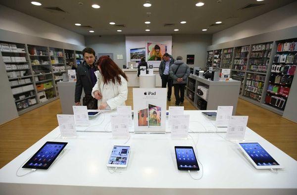 Customers inspect Apple Inc. iPad and iPad mini