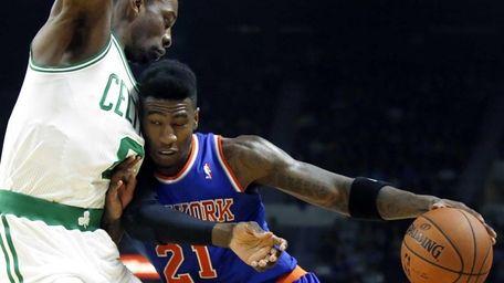 Knicks guard Iman Shumpert drives against Boston Celtics