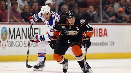 Ryan Getzlaf of the Anaheim Ducks is pursued