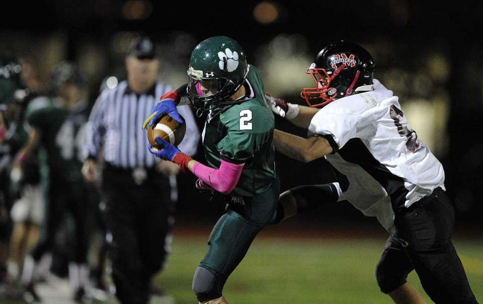 Lindenhurst Bulldogs' Nick Soriano pulls in the reception