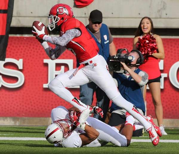 Dres Anderson #6 of the Utah Utes runs