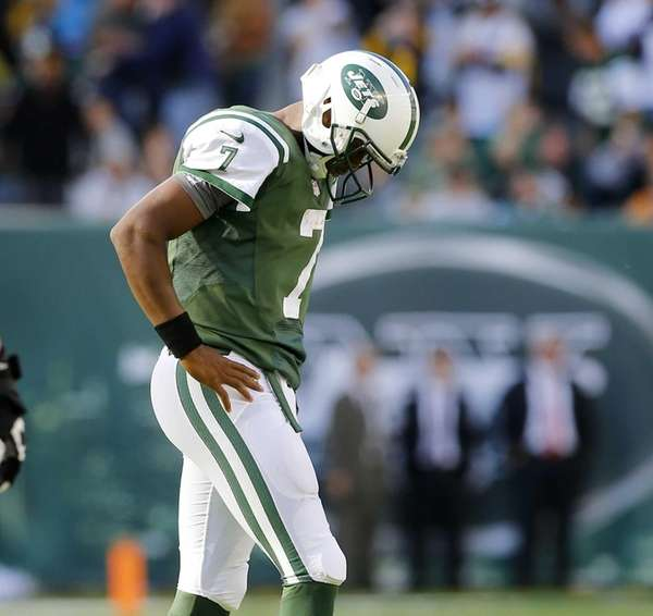 Jets quarterback Geno Smith walks back to the