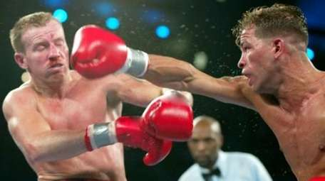 Arturo Gatti throws a right to Micky Ward