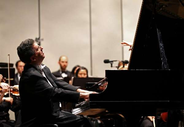 Long Island concert pianist Jeffrey Biegel performs a