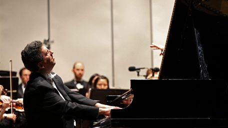 Long Island concert pianist Jeffrey Biegel performs a