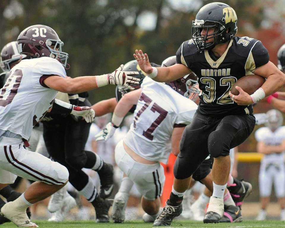 Wantagh running back Peter Brasile (no. 32) rushes