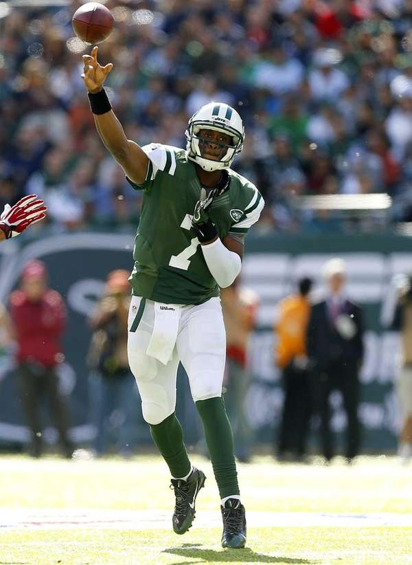 Jets quarterback Geno Smith throws a pass against