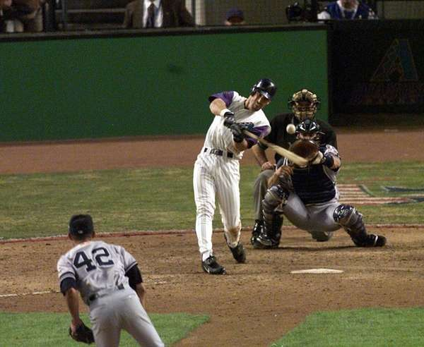 Luis Gonzalez gets the winning hit off of