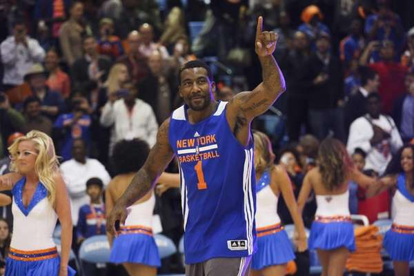 Amar'e Stoudemire (1) acknowledges the fans as he
