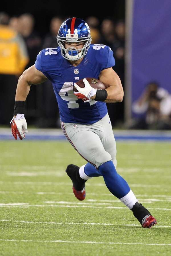 New York Giants' Peyton Hillis rushes during the