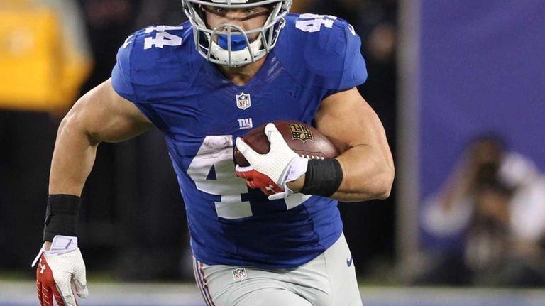 New York Giants' Peyton Hillis rushes during the