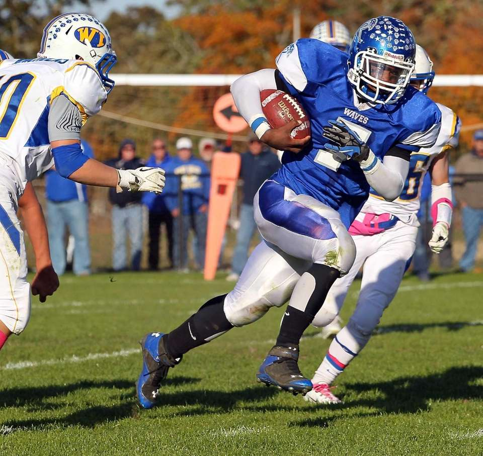 Riverhead running back Ryun Moore (no. 7) runs
