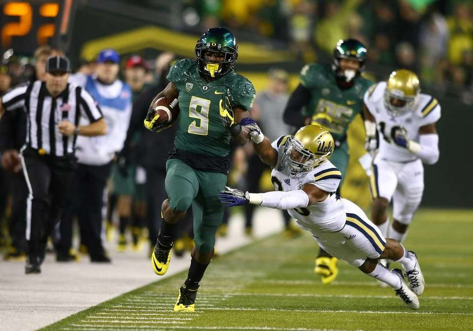 Oregon running back Byron Marshall rushes against the