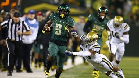 Oregon running back Byron Marshall rushes against the