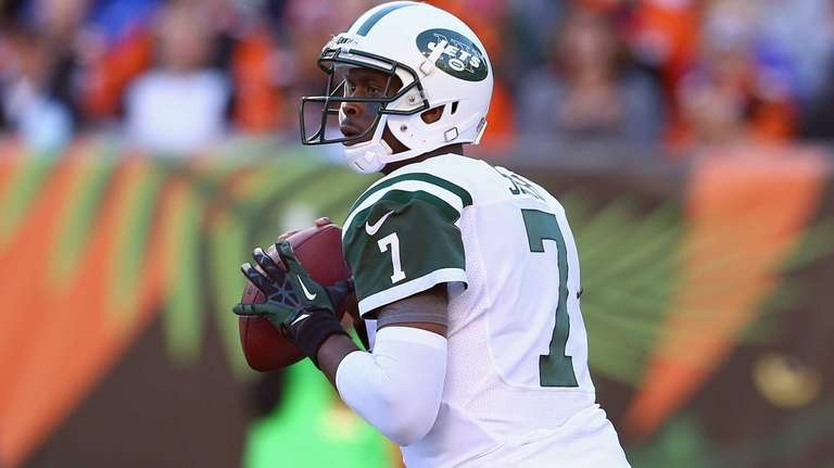 Jets quarterback Geno Smith looks to pass against