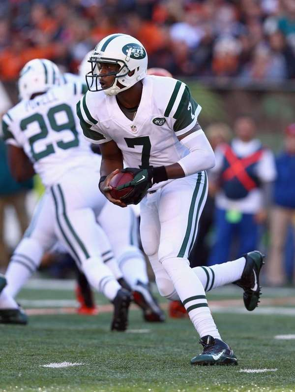 Jets quarterback Geno Smith (no. 7) runs with