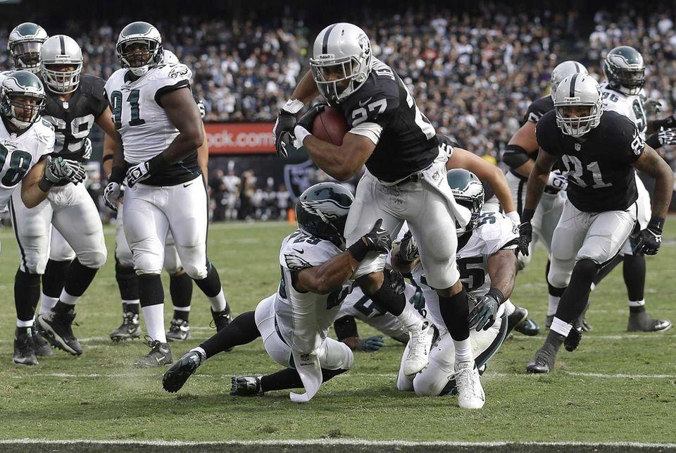 Oakland Raiders running back Rashad Jennings runs for