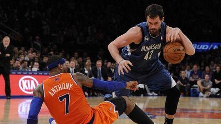 Knicks forward Carmelo Anthony falls to the floor