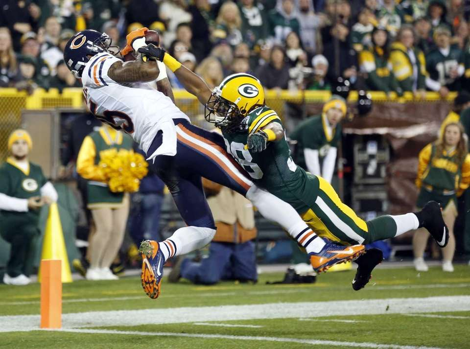 Chicago Bears' Brandon Marshall catches a touchdown pass