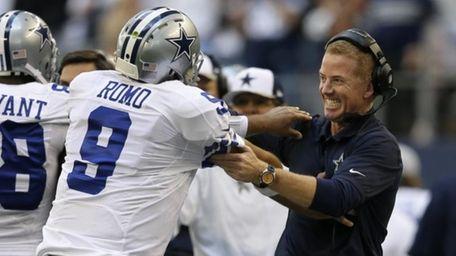 El quarterback de los Cowboys, Tony Romo, izquierda,