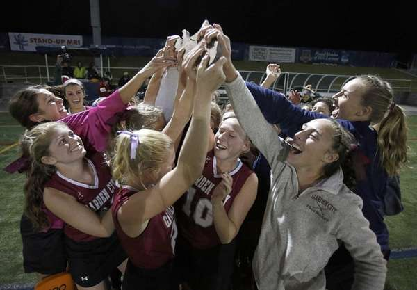 The Garden City field hockey team holds up
