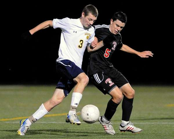 Massapequa's Brandon Merklin, left, and Syosset's Nicolas Valentino