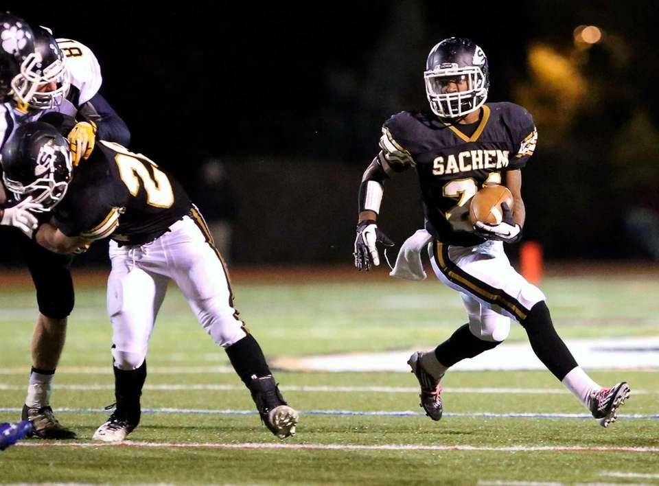 Sachem North RB Kevin Bragaglia takes the handoff