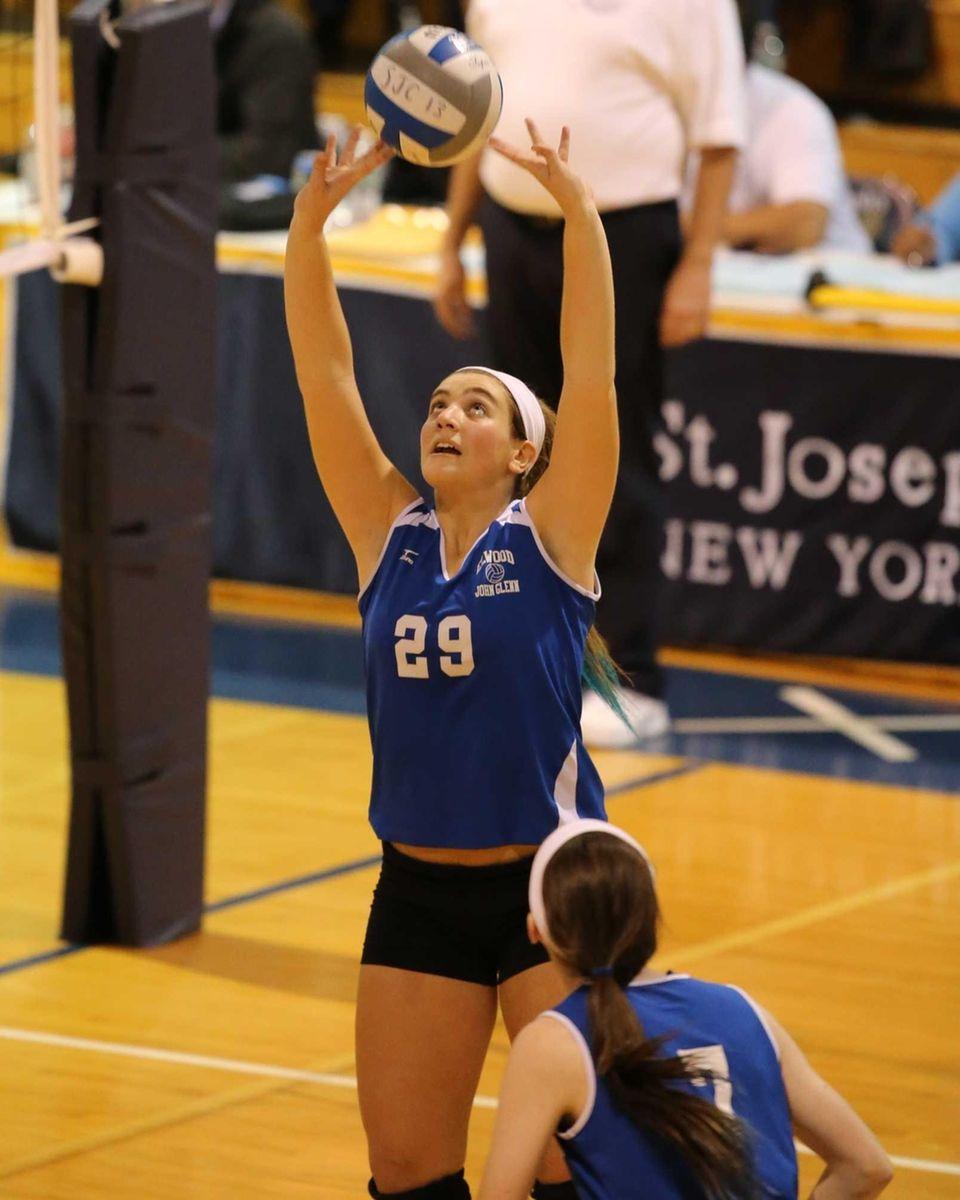 Glenn setter Stephanie Viteritti puts the ball up