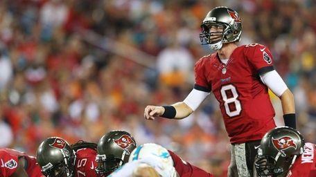 Tampa Bay Buccaneers quarterback Mike Glennon calls a