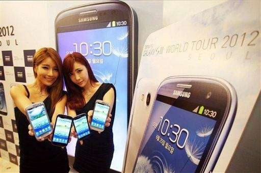 Models pose with Samsung Electronics' Galaxy S III