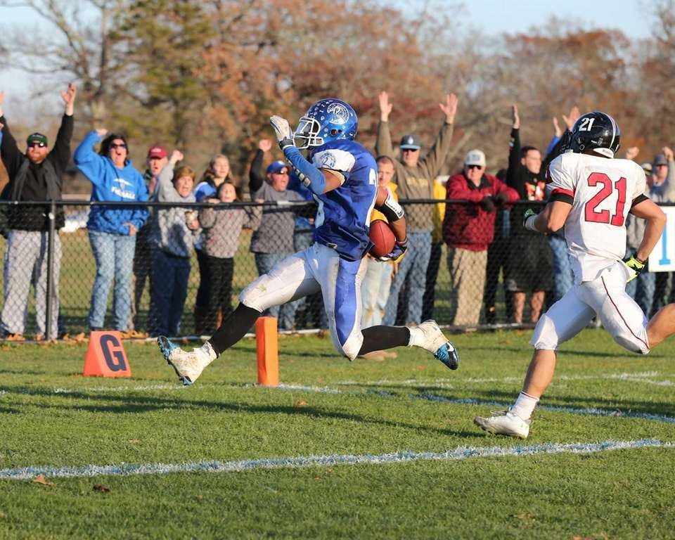 Riverhead running back Jeremiah Cheatom (20) scores a