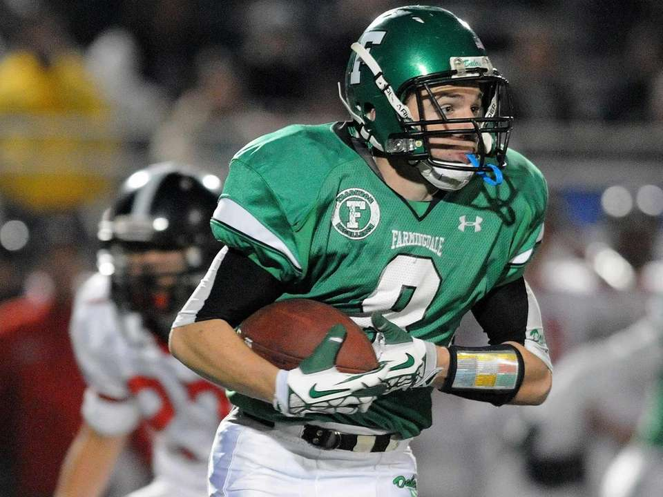 Farmingdale's Tom Kennedy runs upfield during the second