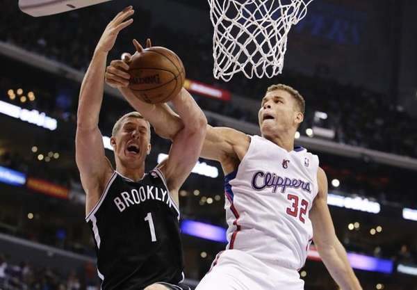 Blake Griffin, derecha, de los Clippers de Los