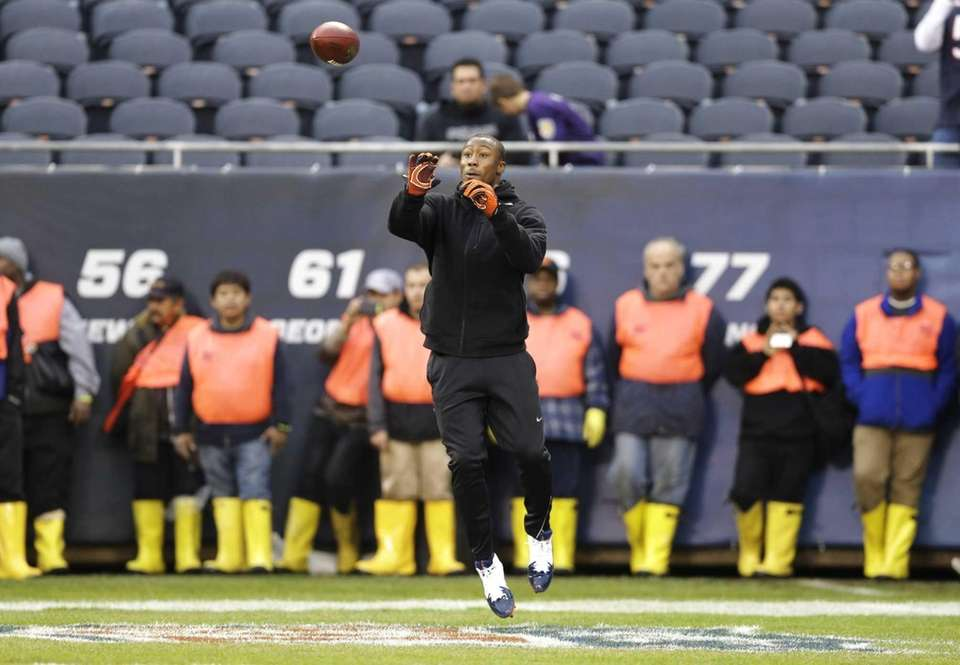 Chicago Bears wide receiver Brandon Marshall warms up