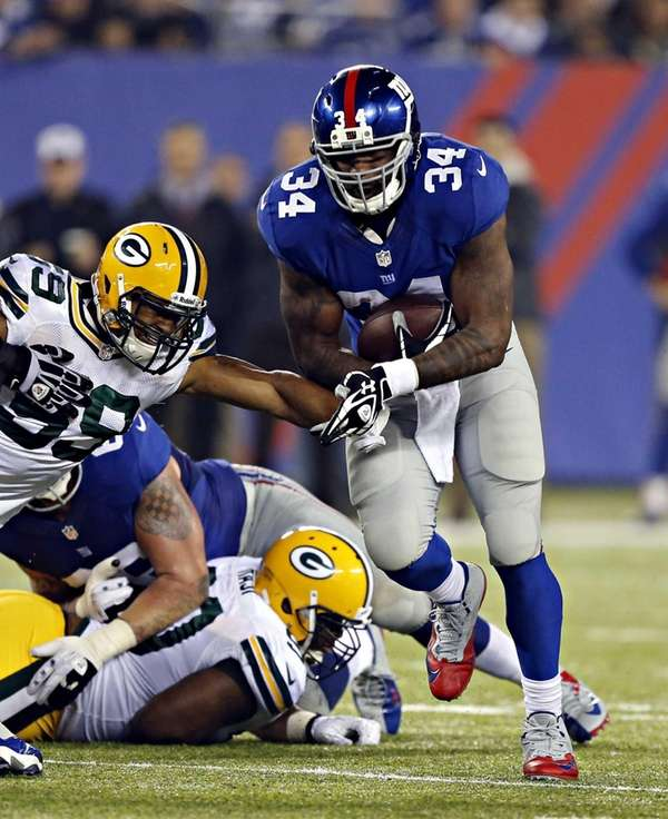 Giants running back Brandon Jacobs (34) breaks into