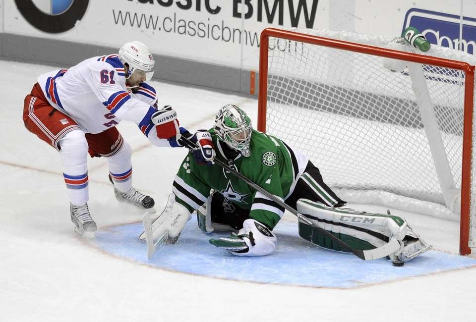 Dallas Stars goalie Kari Lehtonen stops a penalty