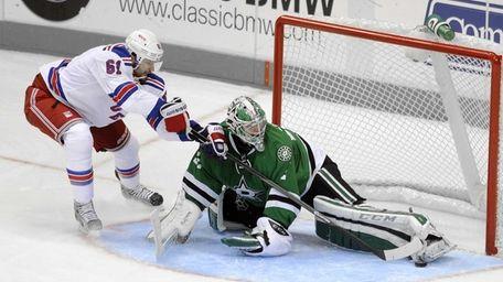 Dallas Stars goalie Kari Lehtonen stops a penalty