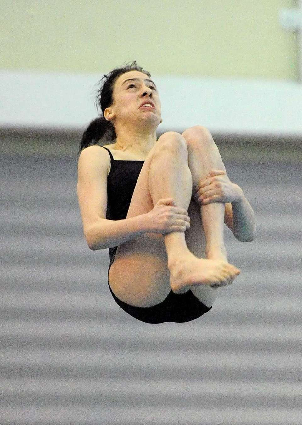 Hewlett's Rayna Smilowitz performs a dive during the