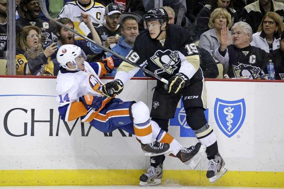 Pittsburgh Penguins' Beau Bennett collides with Islanders' Thomas
