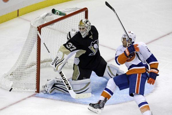 Pittsburgh Penguins goalie Jeff Zatkoff stops a shot