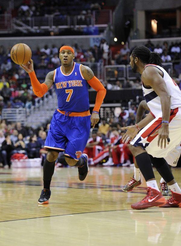 Knicks forward Carmelo Anthony (7) brings the ball