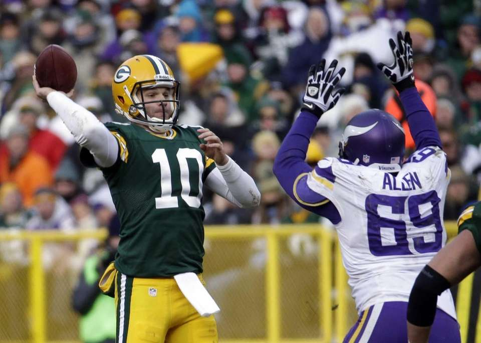 Green Bay Packers quarterback Matt Flynn attempts a