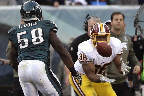Washington Redskins fullback Darrel Young (right) pulls in