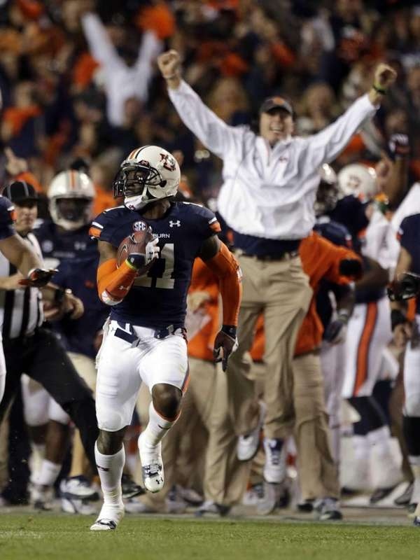 Auburn cornerback Chris Davis returns a missed field